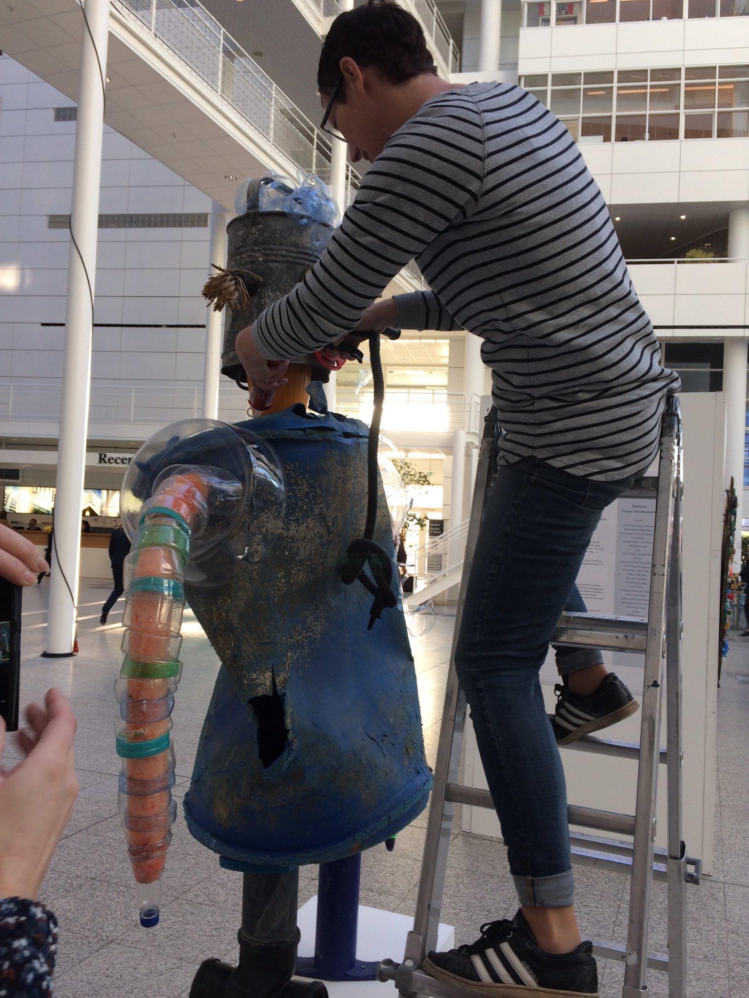 Tentoonstelling #opruimestafette in opbouw. @enterdreams https://t.co/0AE1F6G3RL