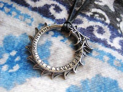 ヨルムンガンド(ミズガルズ蛇)を象ったヴァイキングスタイルのペンダント。こちらは英国ブランドのアイテムなので、BASE店