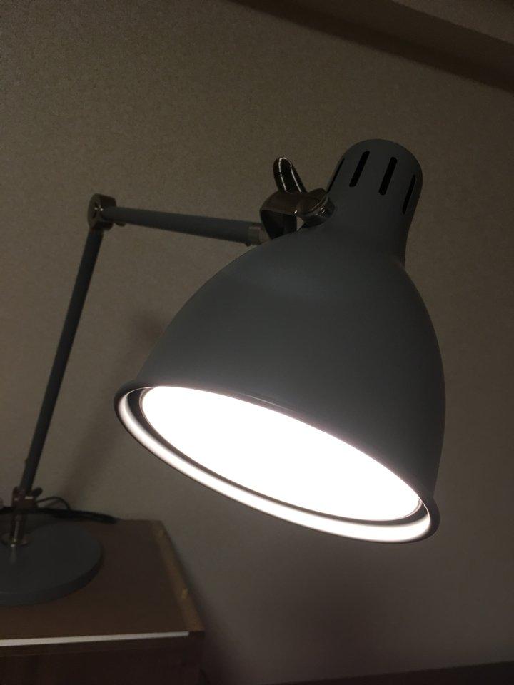 IKEAで買ったワークランプを使った「灯火管制」ごっこが今巷で密かなブームを巻き起こしている。静かに読書をしているように