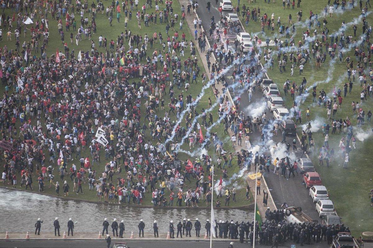 Momento exato em que a PM do DF reprime ato pacifico de hoje jogando bombas de Gás! #ContraPEC55 #OcupaBrasília