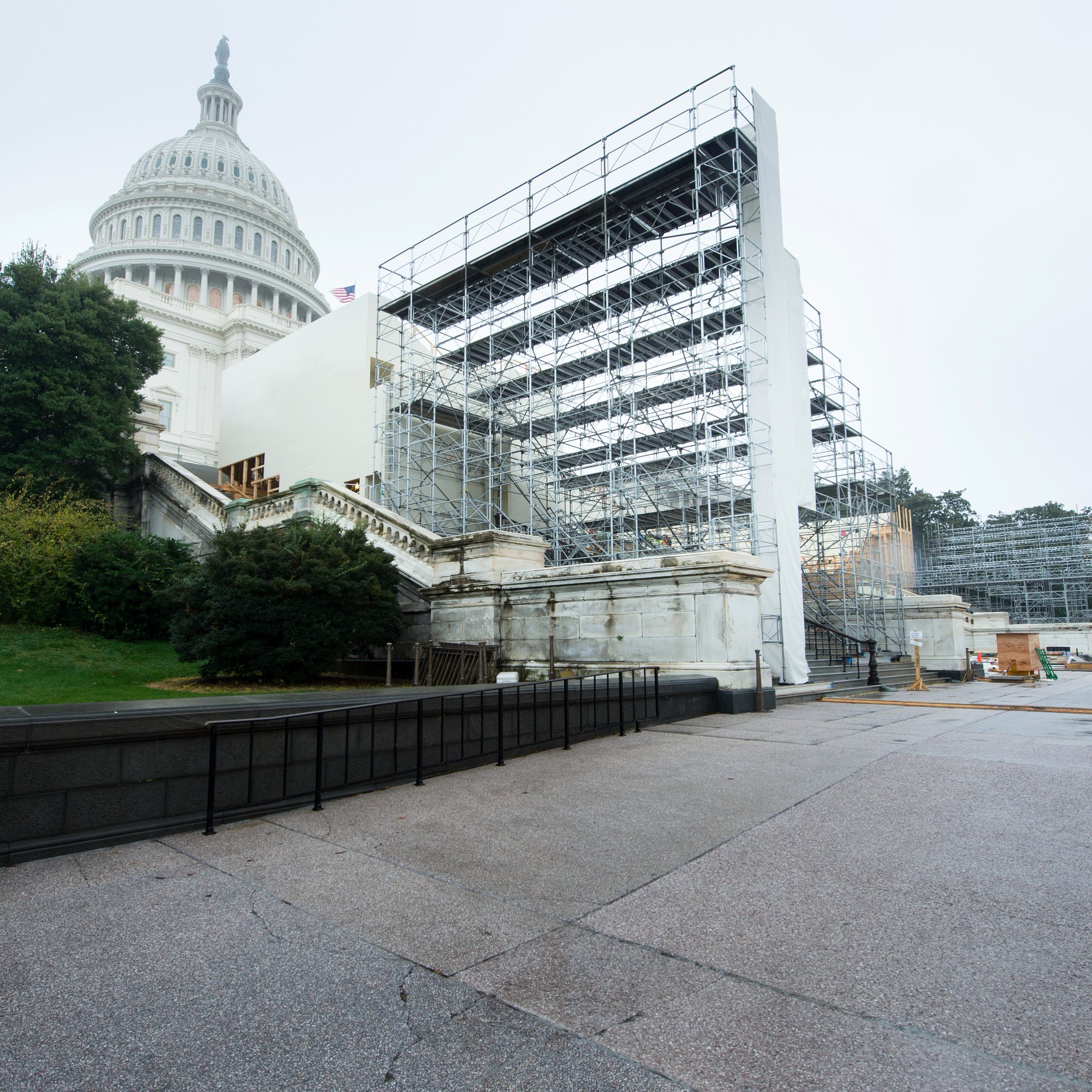 Construction continues on the 58th Presidential Inaugural Stands! #WestFrontWednesday #inauguration2017 #January20th https://t.co/kEHxw90Bhi