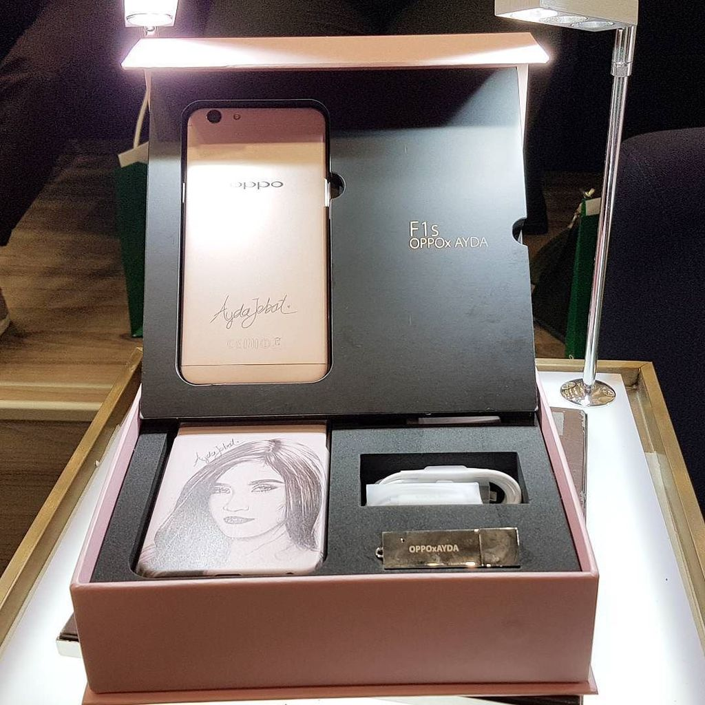 So this is the #OPPOF1s Ayda Jebat Special Edition. Nice tak? Features Ayda's signature la… https://t.co/weJsRY5fiR https://t.co/fIFcZM6hAm