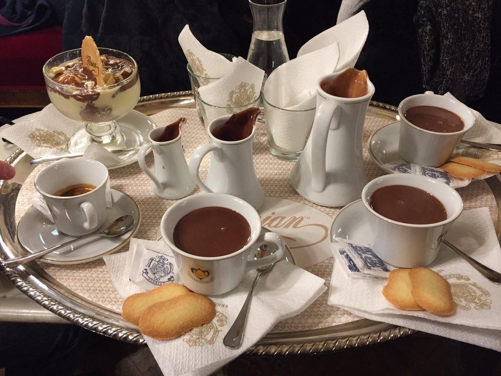 サン・マルコ広場に面しているカフェ発祥の地「フローリアン」(ARIAの聖地でもある)、雰囲気が豪華すぎるしチョコラテ美味