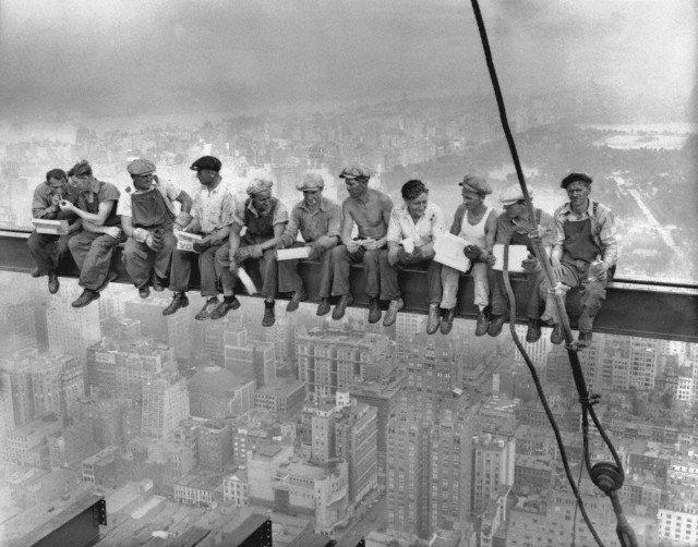 மிகப்பிரபலமான 'Lunch Atop A Skyscraper' புகைப்படத்தைப் பற்றிய சுவாரசியமான சிறிய வீடியோ!  https://t.co/nEpeW4HXDW https://t.co/ccZnXYcJxm