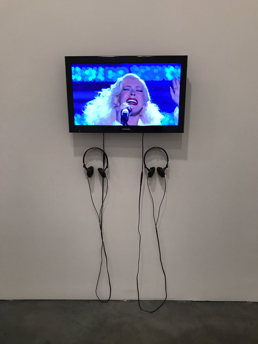 IM AT AN ACTUAL ART GALLERY AND THEY HAVE THIS PERFORMANCE AS ART ON A LOOP I CANT BREATHEAJFKSJABX https://t.co/uePx86fwsJ