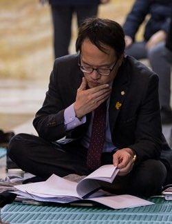 박주민 의원. 로텐더 홀 철야 농성 중에도 자료를 검토 하는 중이라는 사진. 참 소중한 사람. https://t.co/uUzrOyCysI