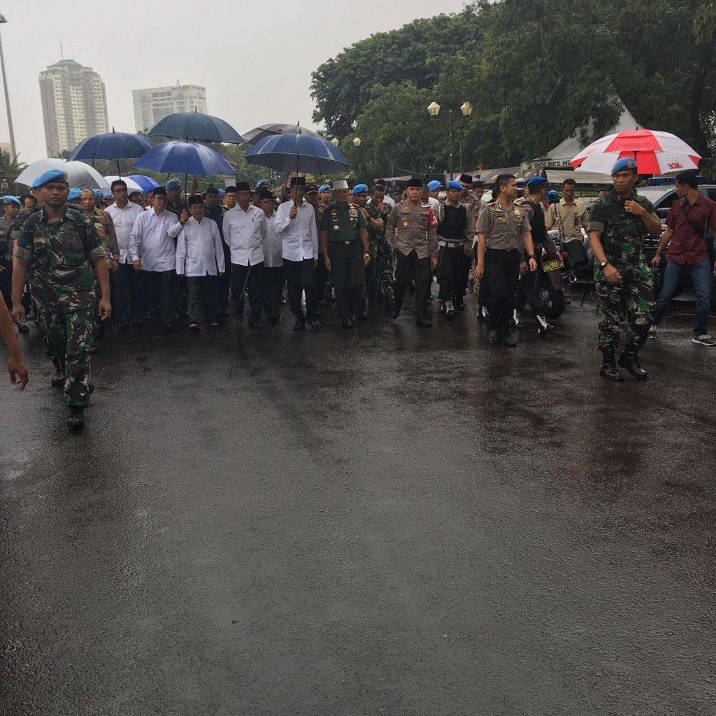 Presiden kita: berjalan dlm hujan, membawa payung sendiri,  di antara orang2 yg membencinya dan pernah memfitnahnya. https://t.co/sCLAgB0898