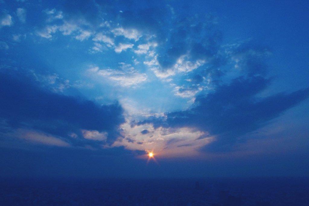 広がる空と太陽の光#創作に使える素材 #創作 #フリー素材 #写真好きな人と繋がりたい --- ✂︎