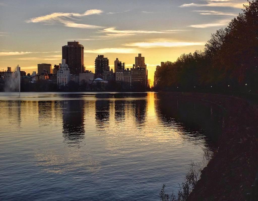 Distant roar of an overhead jet #nyc #centralparknyc #reservoir https://t.co/zIhlVfQS3 ...