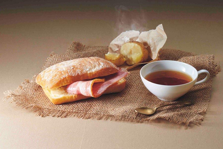 リヴァイ愛用のティーカップに入った紅茶デザート付「リヴァイ兵士長 専用遠征飯」(進撃の巨人より)が今冬USJに登場します