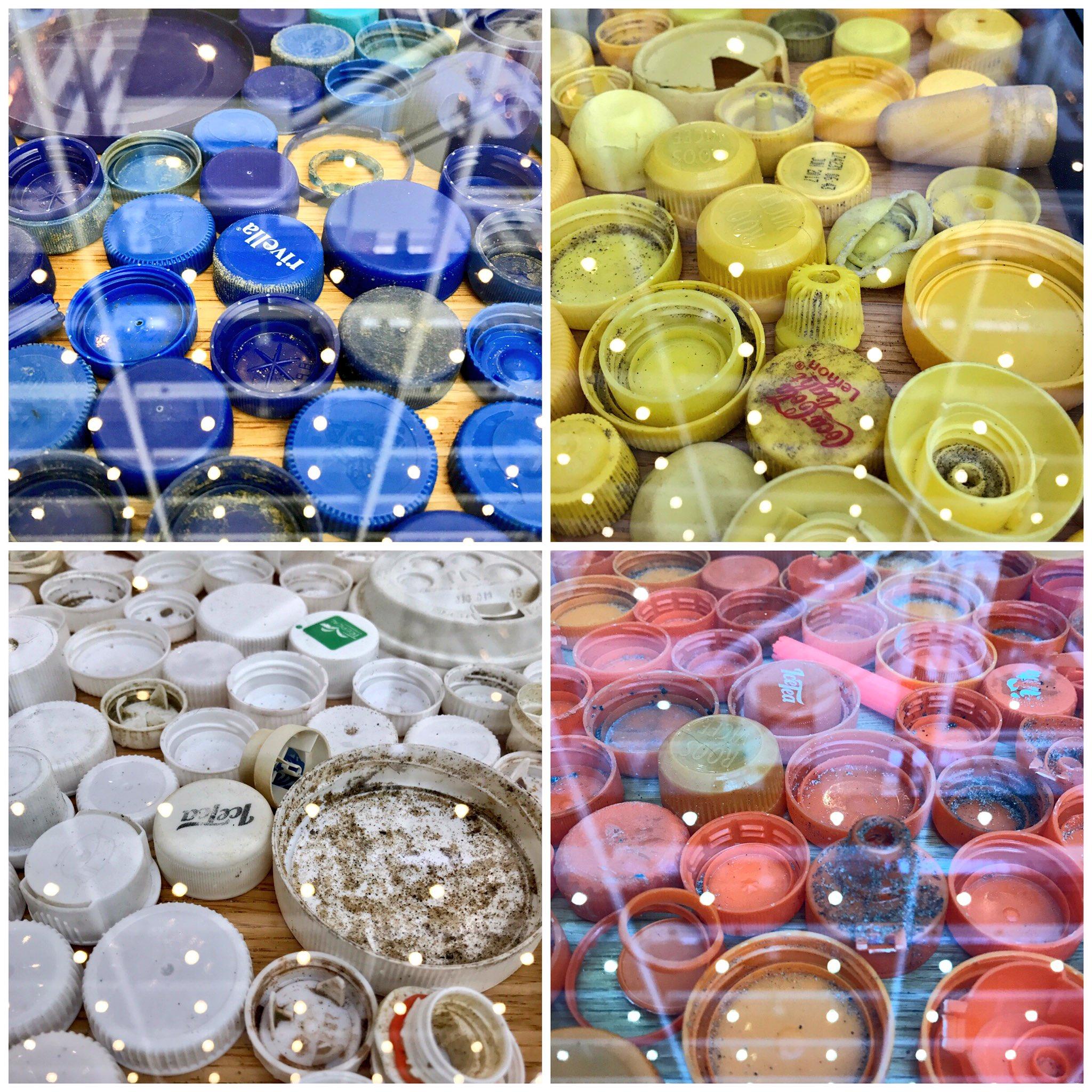 In het stadhuis @GemeenteDenHaag zijn de resultaten van de #opruimestafette te zien. O.a. plastic doppen, nu in een tafel. ;-) #zwerfie https://t.co/2Ll38alR5o