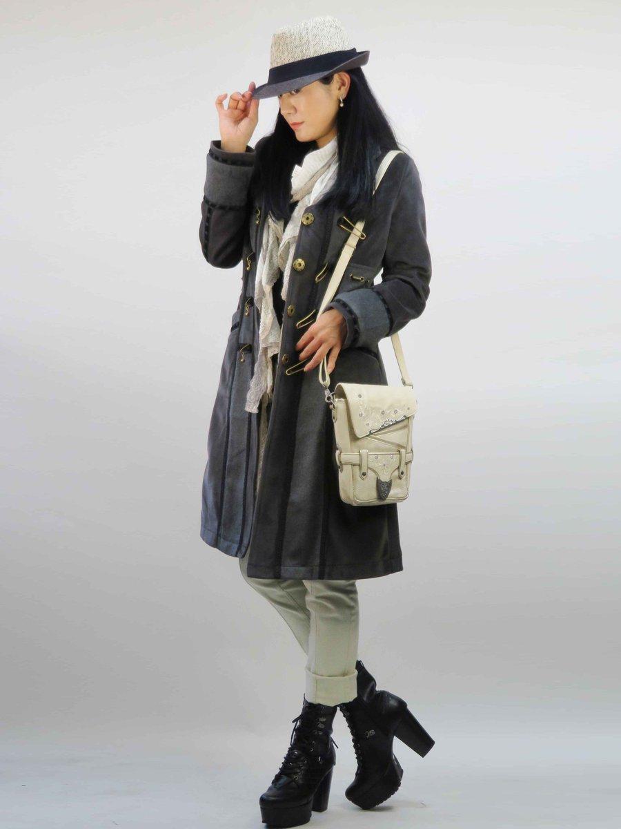 【おすすめコーディネート】重たく見えるコートのスタイリングも明るい小物合わせで抜け感をプラス。 カジュアルエレガントなロ