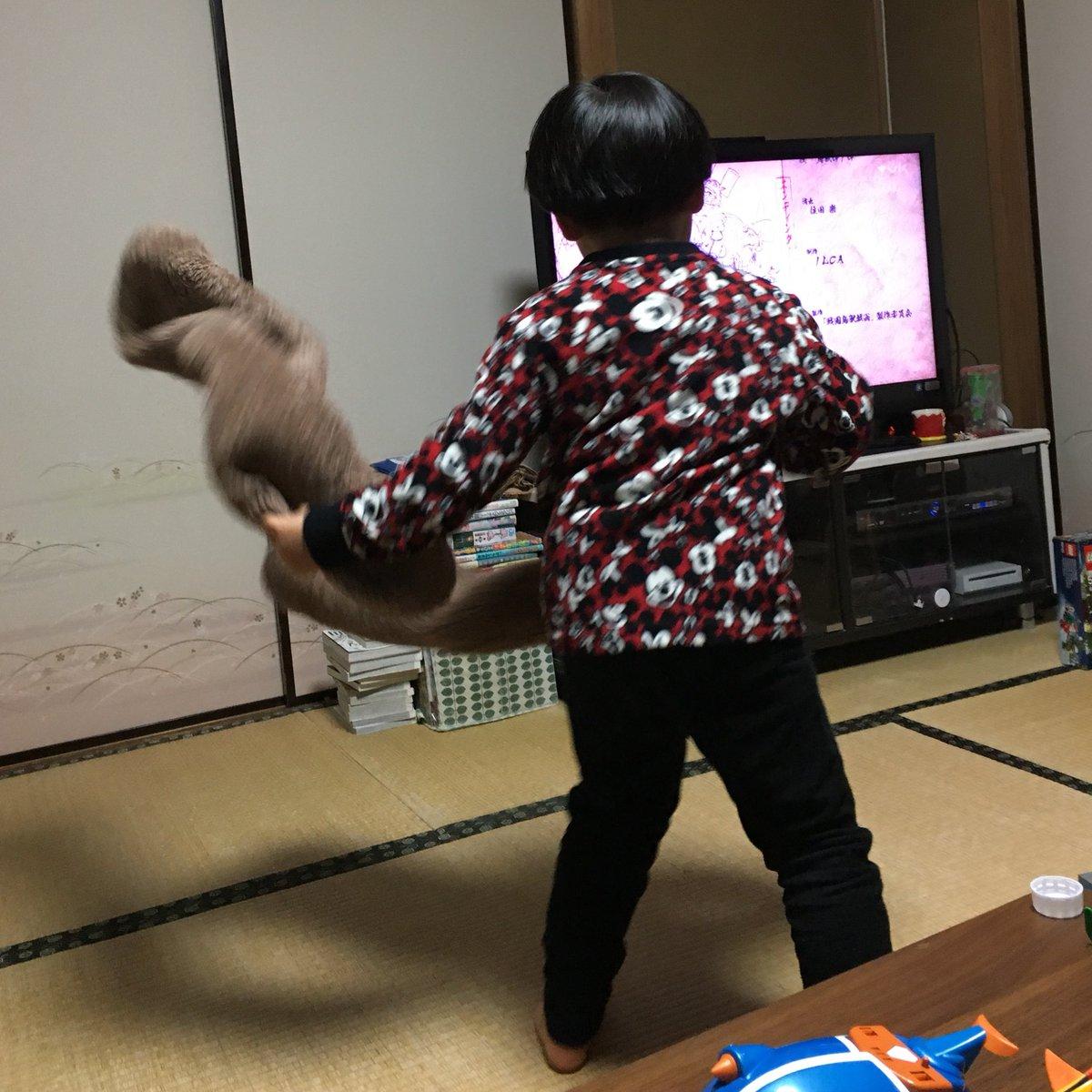 「戦国鳥獣戯画」のエンディングのオタ芸を、ヒトのモコモコ靴下を使って踊りまくる4歳児。
