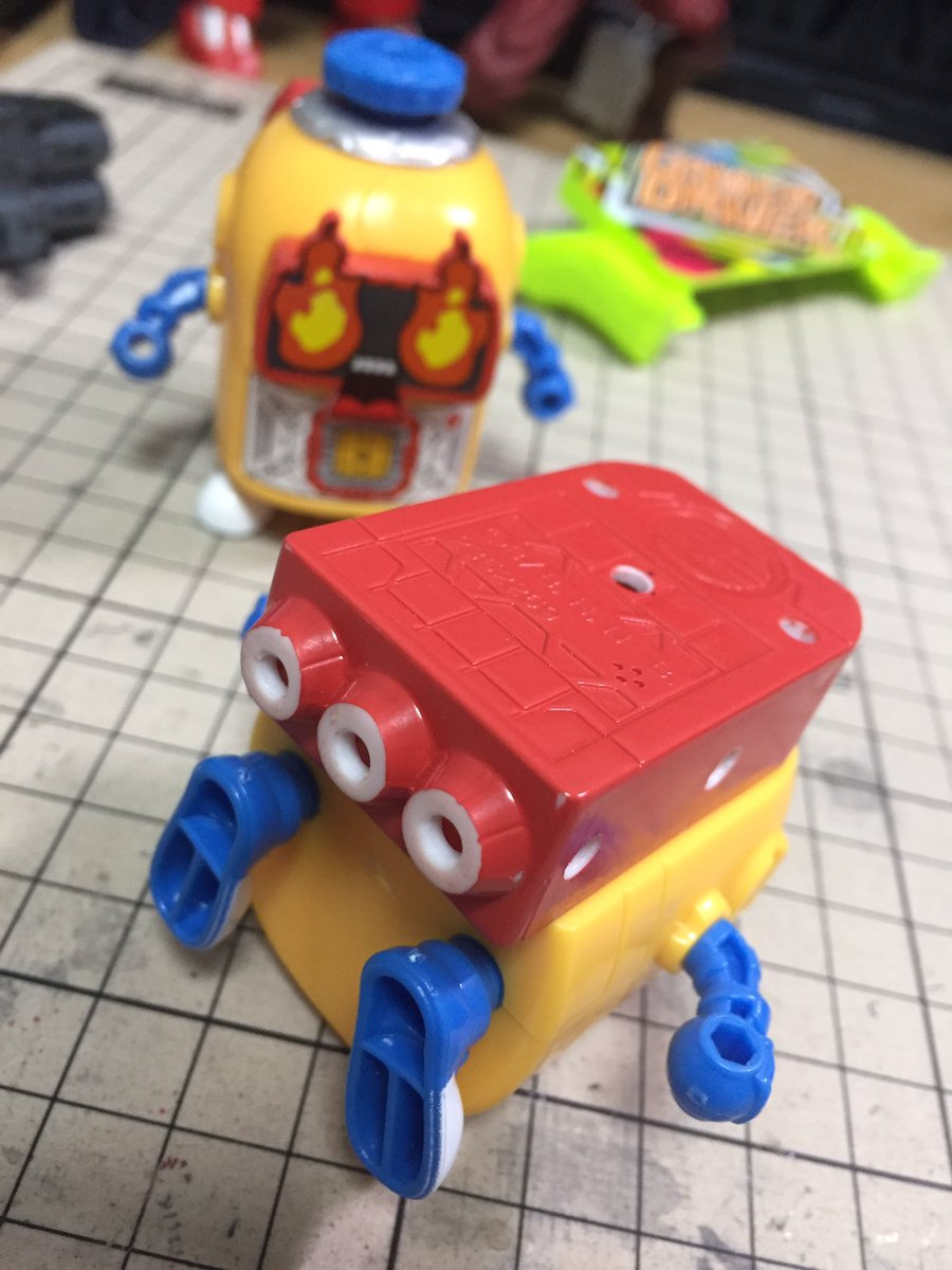 食玩ヘボット、背中のランドセルに3mm穴をボコボコ追加。可能性が更に広がりそうだ