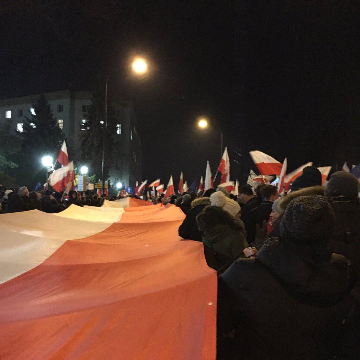 Huge Polish flag and crowds asking for freedom of press and true democracy #WolneMediawSejmie #sejm #warsaw https://t.co/t1qeLvsug1