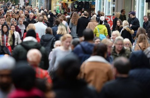 """£2.6 billion is expected to be spent today on cards in the UK, on so-called """"Panic Saturday"""" #HeartNews https://t.co/K0lNjWiPY6"""