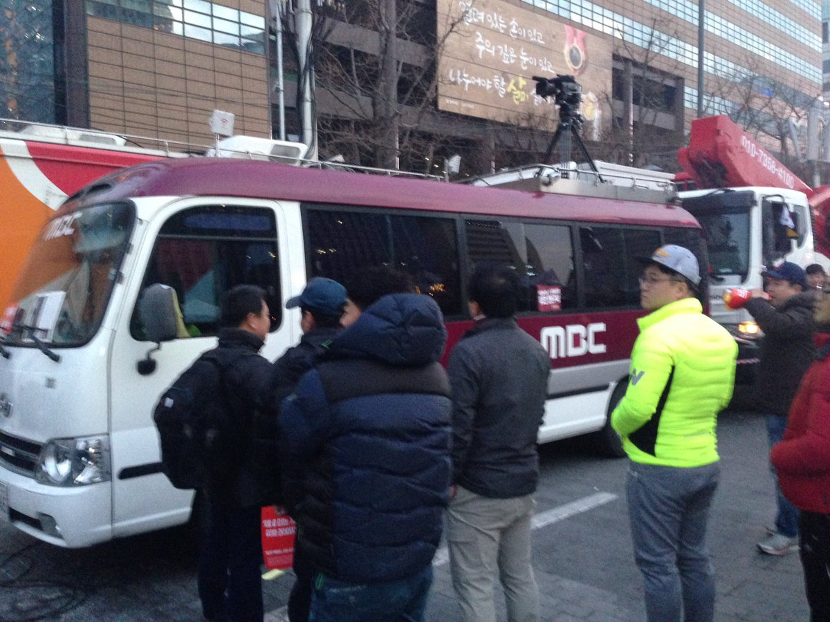 "MBC중계차가 광화문에! ""권력의 발바닥이나 빨아라!"" 시민들 항의 중 https://t.co/DhsmeEXQ4C"
