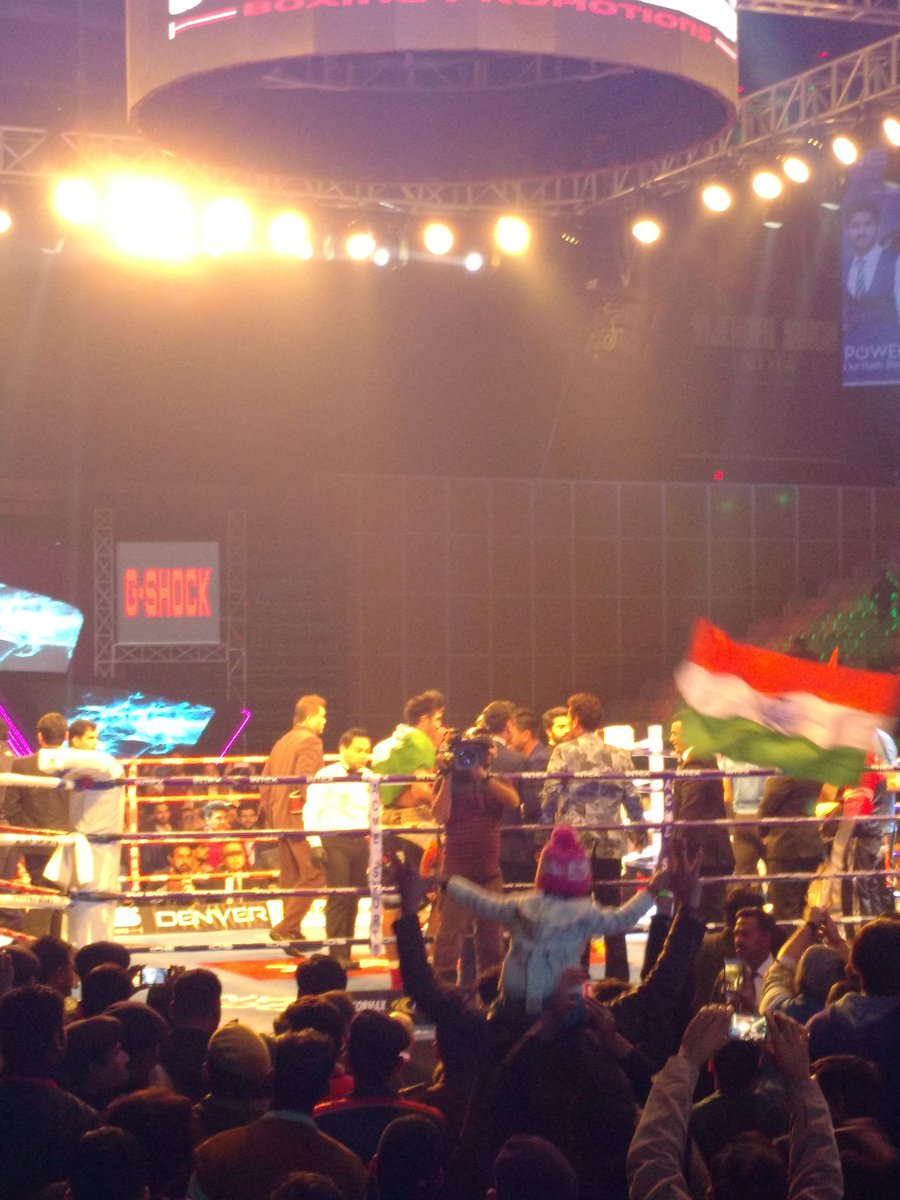 Vijender Singh makes it 8-0 with a knockout! https://t.co/KkHE2sfIsV