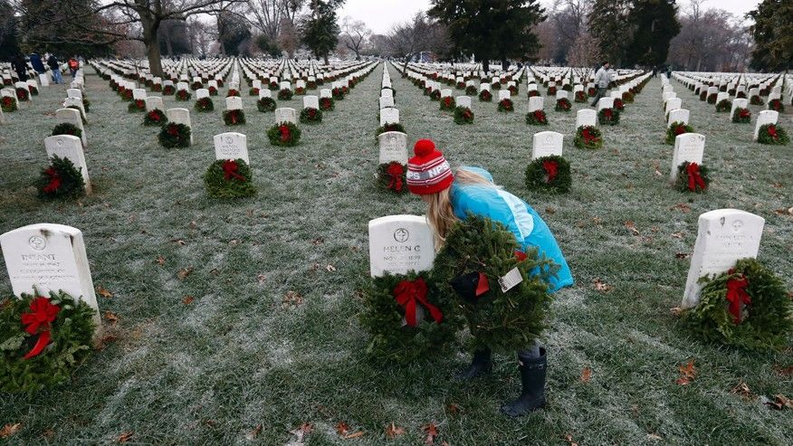 Hundreds brave weather to lay wreaths at Arlington Cemetery