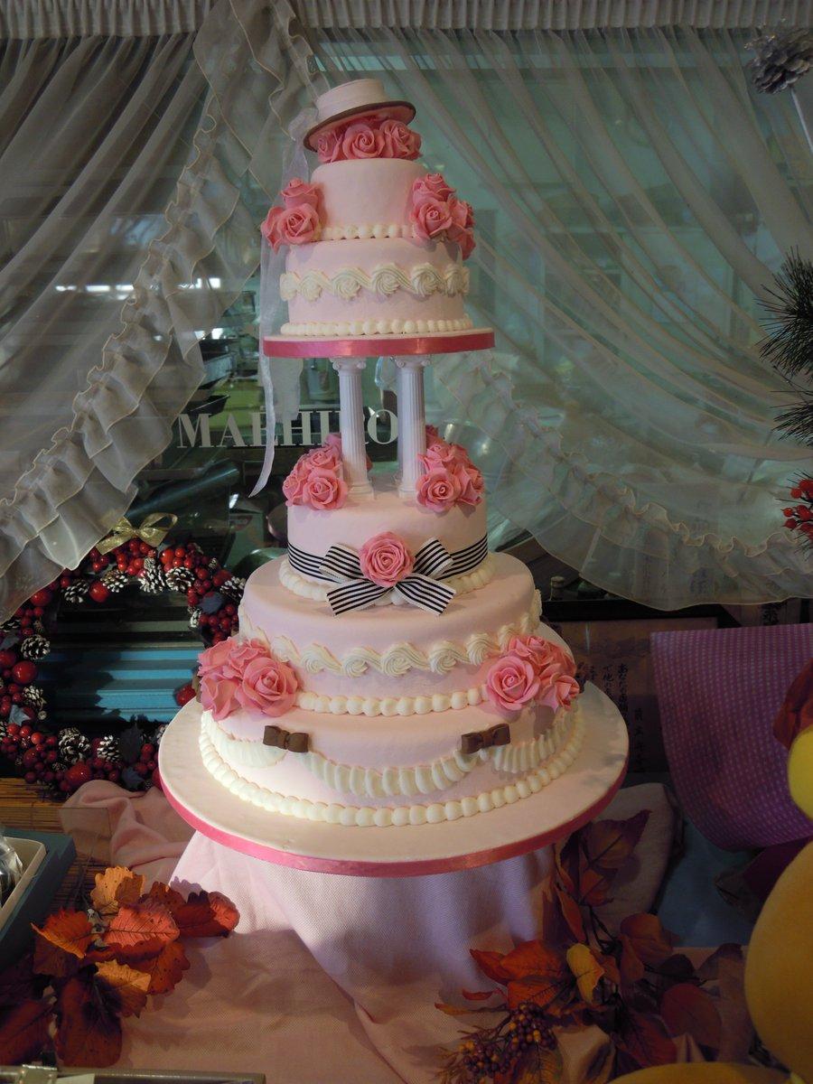 これは、古い友人に作ったウェディングケーキ^^ピンクが好きなのと、黒執事も好きだからという事で、色以外はお任せでと任され