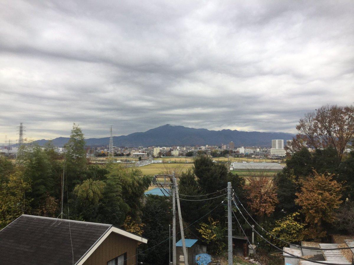 お早うございます!寒さも厳しい冬の朝。低く垂れ込めた灰黒色の雲。富士山を隠せども、丹沢の山並みを隠しきれず。変わらぬ落ち