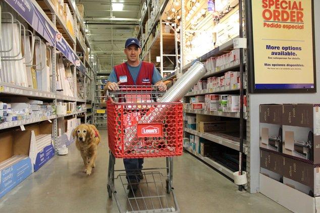 テキサスのLowe's(ホームセンター)で揃いの店の赤いベストを来て働くClayさんと彼の介助犬シャーロットのペアが良い