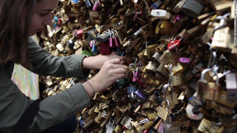 The tons of locks removed form Paris's bridges will be auctioned to help refugees