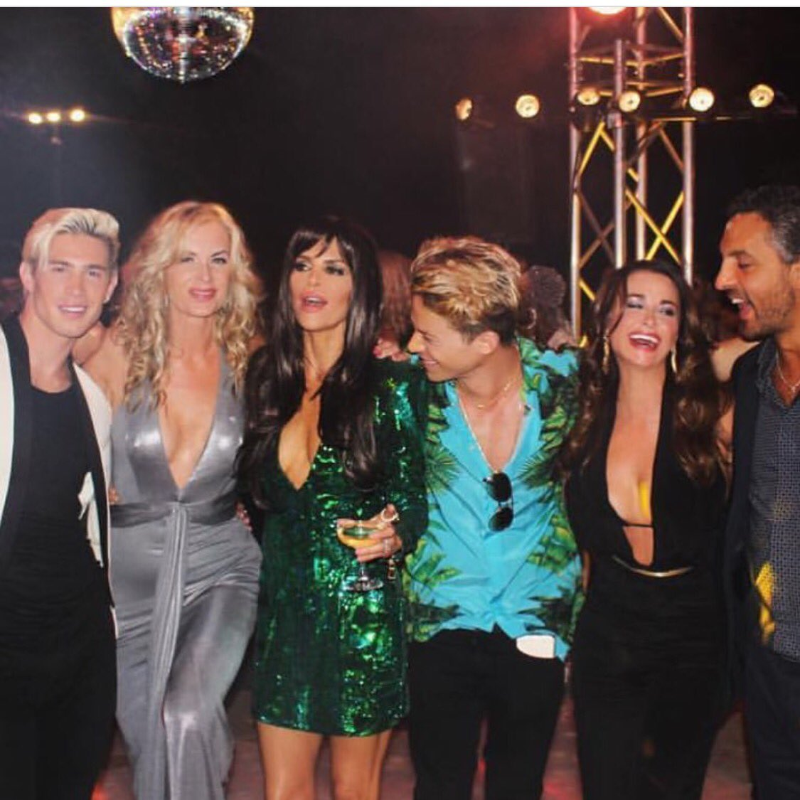 So much fun at @erikajayne Studio 54 Disco Party here with @eileen_davidson and @KyleRichards @MauricioUmansky ???? https://t.co/X3WPtMHCVK