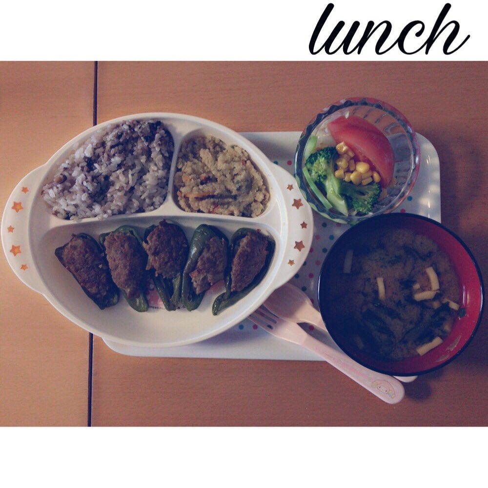 お昼ごはん🔅🔆雑穀米ピーマンの肉詰め卯の花高野豆腐とほうれん草とわかめのお味噌汁もやしとコーンとブロッコリーとトマトのサ
