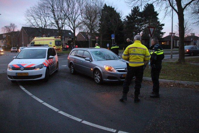 Ongeluk op de Poeldijkseweg Wateringen tussen auto/ fiets. Fietsster wordt in de ambulance nagekeken. https://t.co/eckh0Wy2EA