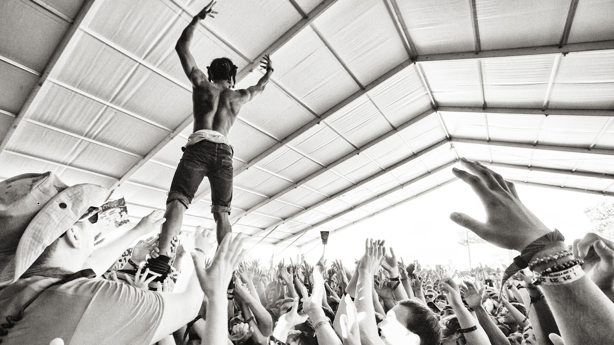 #TBT to #Bonnaroo 2014: walking above the crowd at @ASAPferg  (��: @TomkinsonPhoto) https://t.co/5nSRUc4PBB