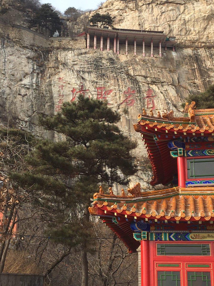 約1200段の階段を登った寺の頂上に、聖闘士星矢の紫龍が廬山昇龍波でも打ちそうな凍りついた滝の中心に龍が口を開けた像があ