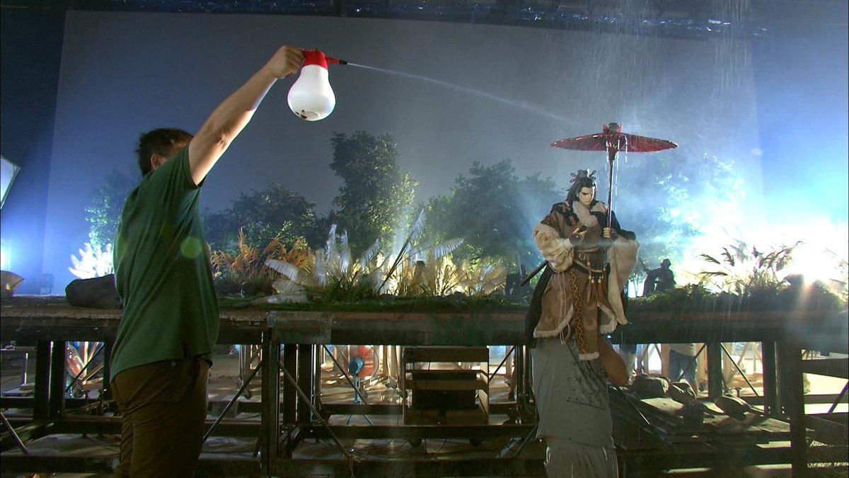 雨が降るシーンで本物の水を用いるのに加え、炎が上がるシーンでは実際に物を燃やして臨場感を出し撮影していることもあります。