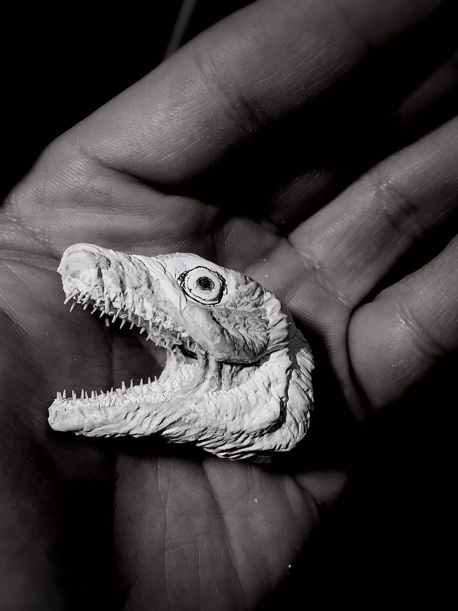 3度目のシンゴジラ第二形態ヘッド造形。やっぱ資料があると全然違う。作ってて思ったが難しいのは目の大きさと位置。少しでも違