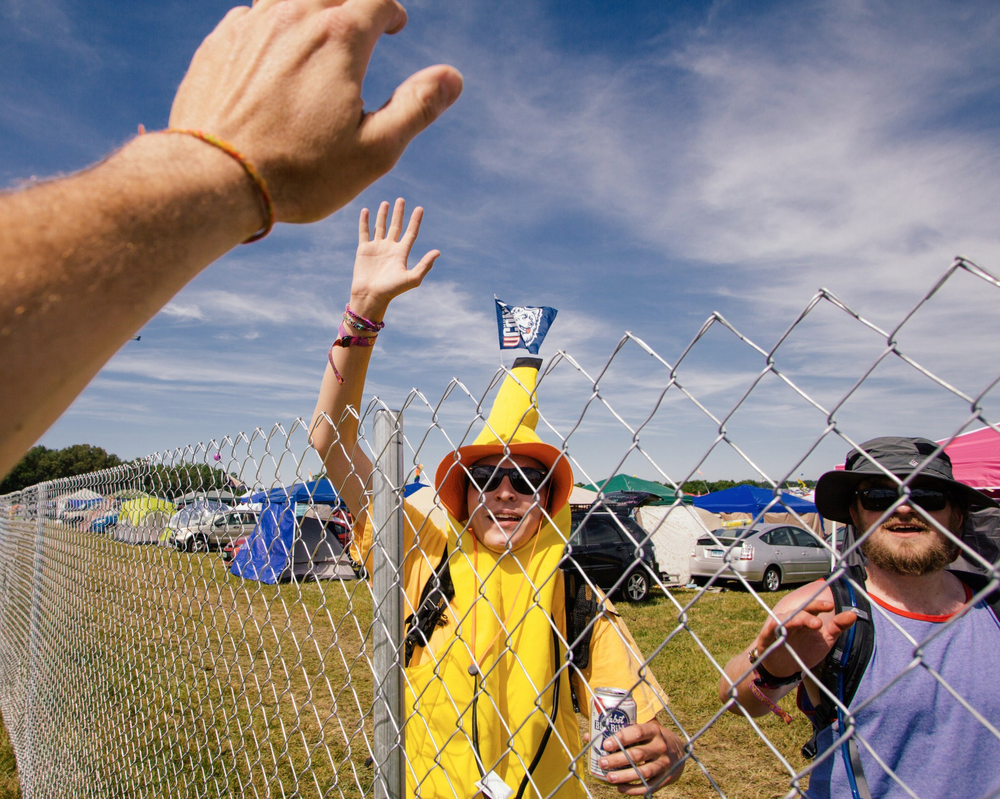 No fence should ever stop you from high-fiving a banana-man. #HighFiveFriday  (��: @tomkinsonphoto) #Bonnaroo https://t.co/isGc1nSJts