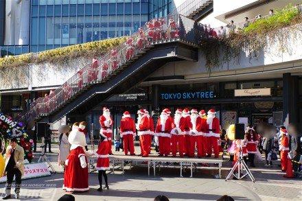 【スカイツリーにサンタクロースが100人集結!】「たまごっち」「ポテトヘッド」らとメリークリスマス!社長サンタも登場!!