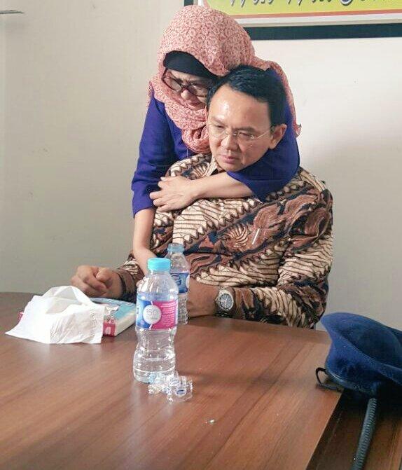 Suasana mengharukan sebelum sidang, Ahok dipeluk kakak angkatnya Nana Chamo & status FBnya  #DoaUntukAhok https://t.co/PLBMca6HFQ