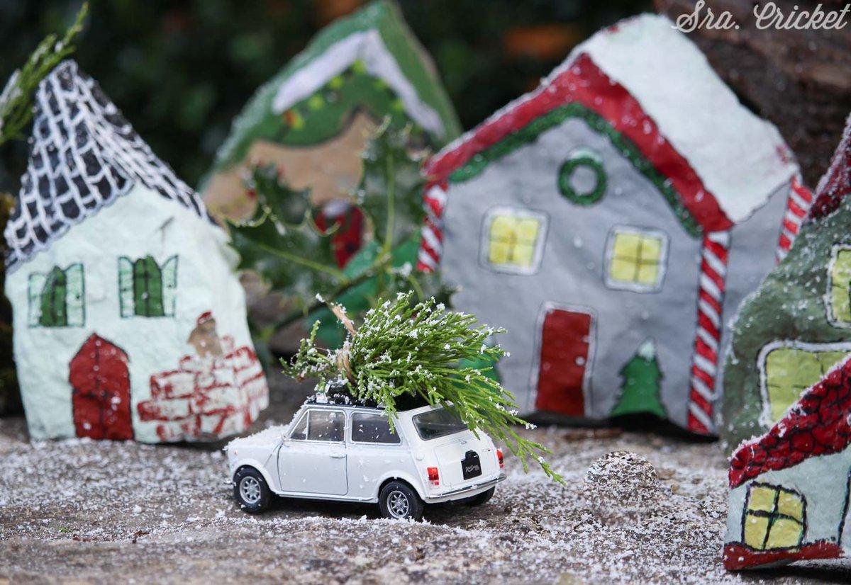 Pueblito navideño con piedras pintadas. Una manualidad navideña para hacer con niños