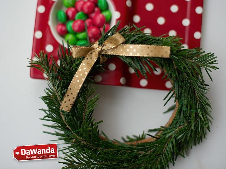 Tutoriales DIY: Cómo hacer una corona de Navidad con ramas de pino vía DaWanda.com