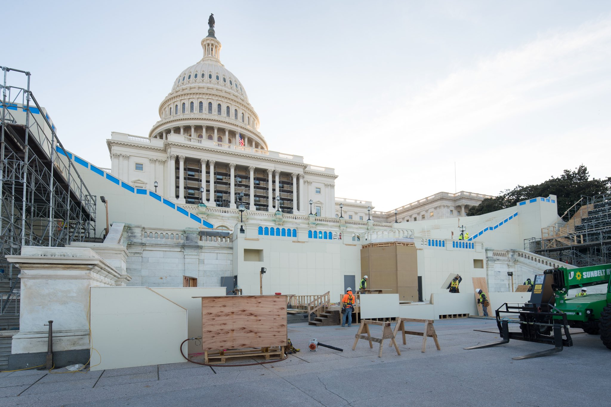 Construction continues on the 58th Presidential Inaugural Platform! #WestFrontWednesday #inauguration2017 #January20th https://t.co/z6JEOi0w32
