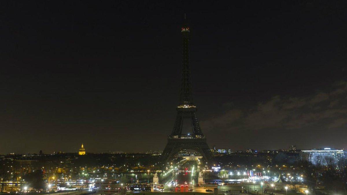 Luzes da Torre Eiffel desligadas por Alepo https://t.co/4eyoxAS37X https://t.co/1CMIIGyRcg