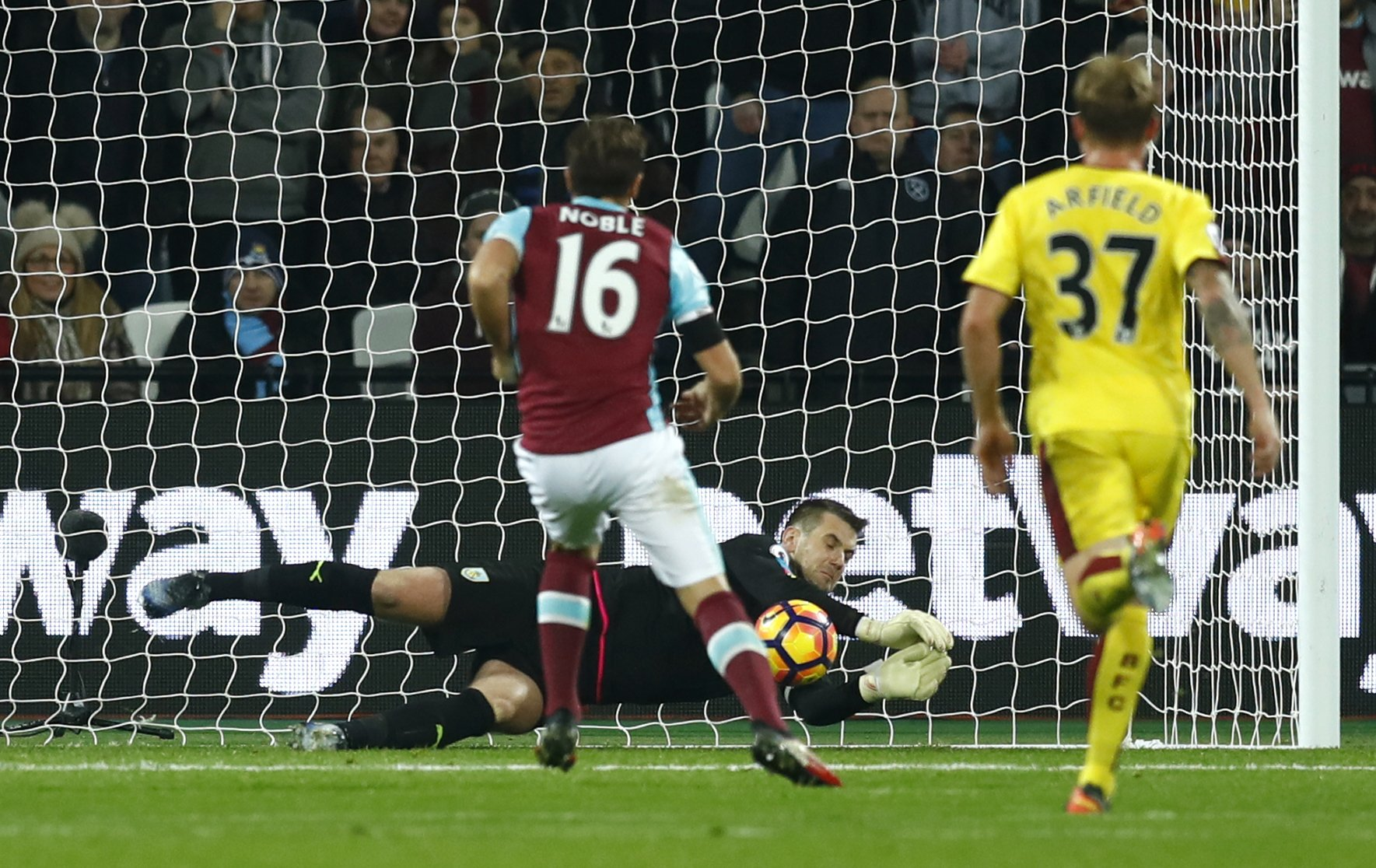 FULL-TIME West Ham 1-0 Burnley. Mark Noble's first-half goal gives the Hammers all 3 points #WHUBUR https://t.co/A3BVCbNbW9