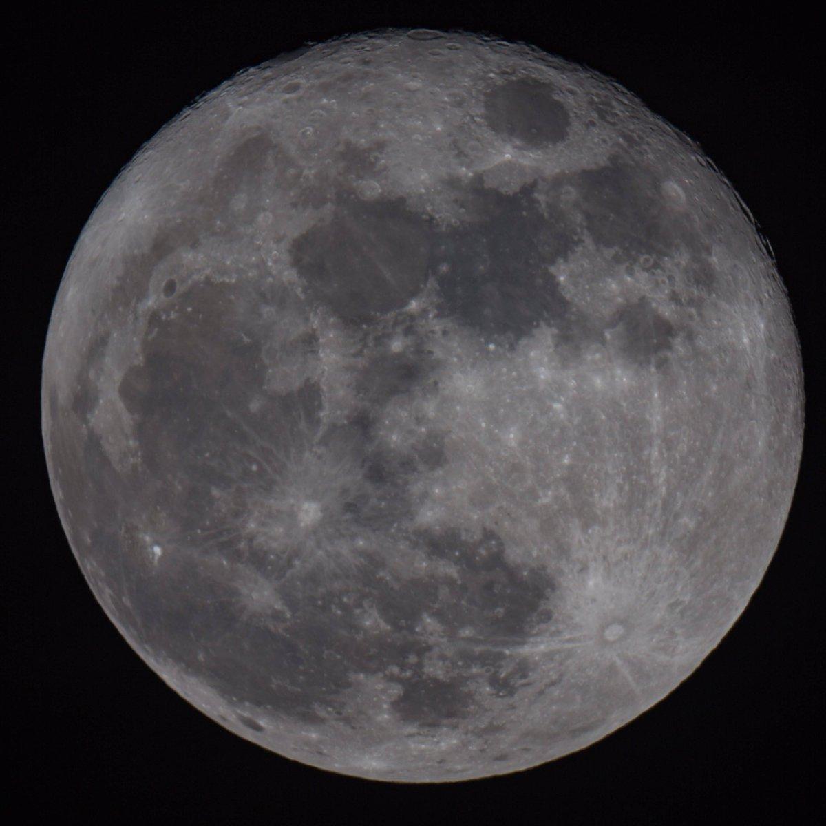 "This evenings stunning moon! DSLR on the 8"" scope.. @VirtualAstro @newburyastro https://t.co/gTBOXtprVF"