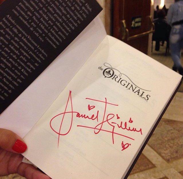 Um livro muito valioso hahah #VampireAttractionMemories https://t.co/sypu5y94Na