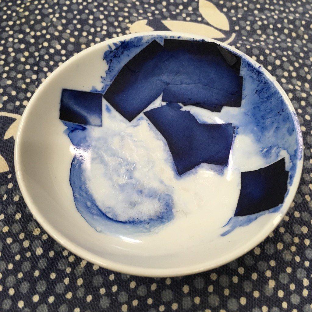 ツユクサから作られた友禅染の下絵用の水溶性塗料。日本全国にツユクサがあるけど、琵琶湖のツユクサだけが水溶性とのこと。いま、この塗料を作ってるのは滋賀県にある工房1軒のみ。そこがやめたら、もう作れないらしい。 https://t.co/jyG2kUgDvB