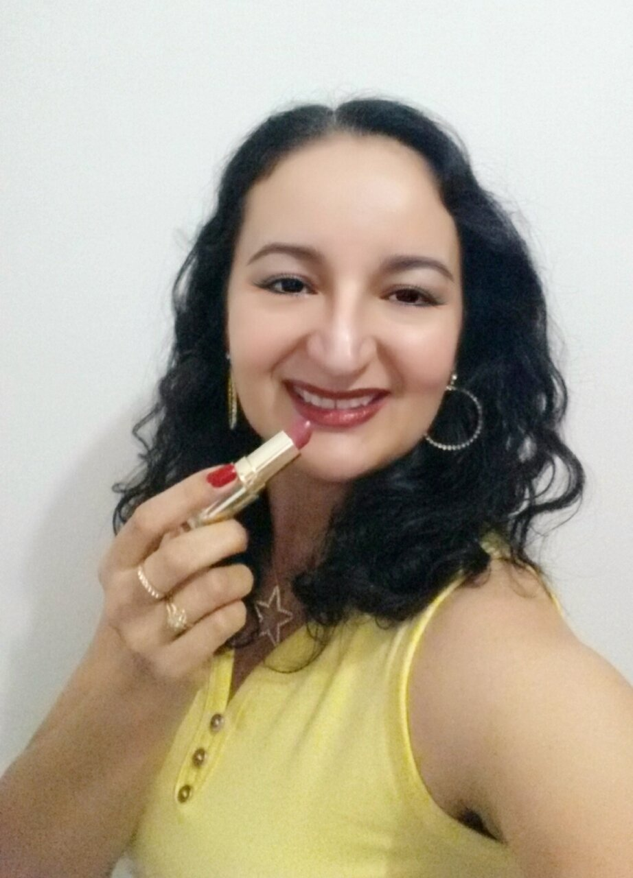 The #Renew by @AvonBR #cherry #lipstick has a #luster with tiny #luminous particles.  It's simply #beautiful!  And I'm #crazyaboutlipstick #sabadou #Loucaporbatom #HappySaturday https://t.co/QtK6D0LhVp