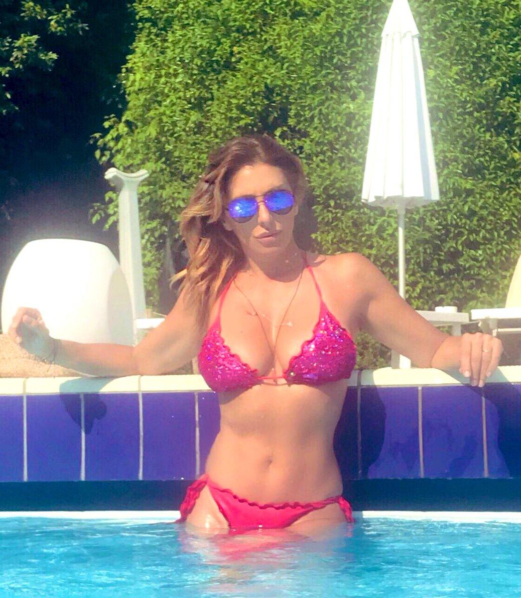 Caldo infernale, metodo veloce ???? #piscina #swimmingpool #summer #sabrina #sabrinasalerno https://t.co/nPApRcYNcv