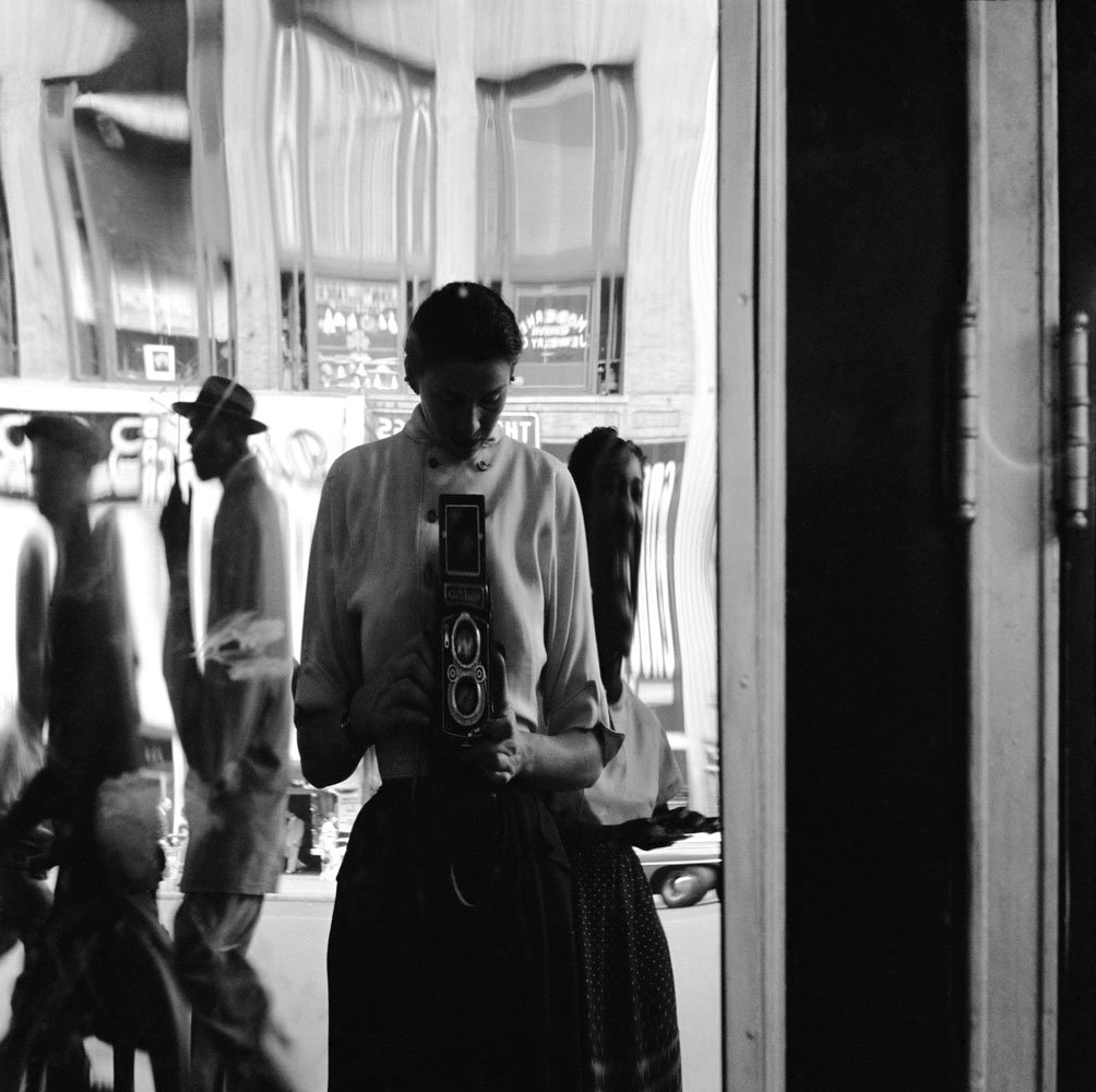 Eve Arnold in a distorting mirror, 1950 https://t.co/3oJMtgn5wp
