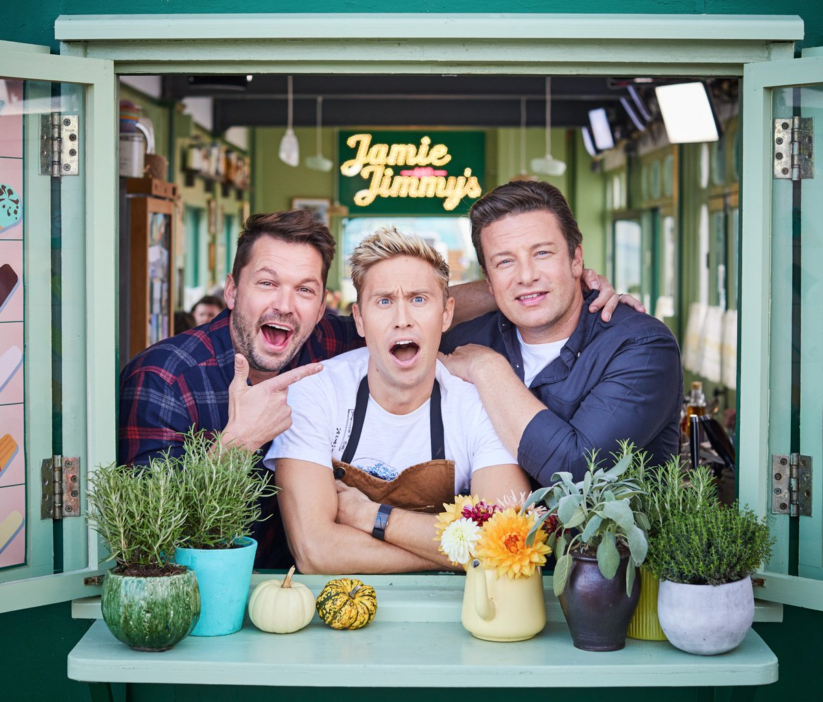 When we told @RussellHoward what's on tonight's #FridayNightFeast menu...  Switch over to @Channel4 now. https://t.co/Y6XZY9OkgM