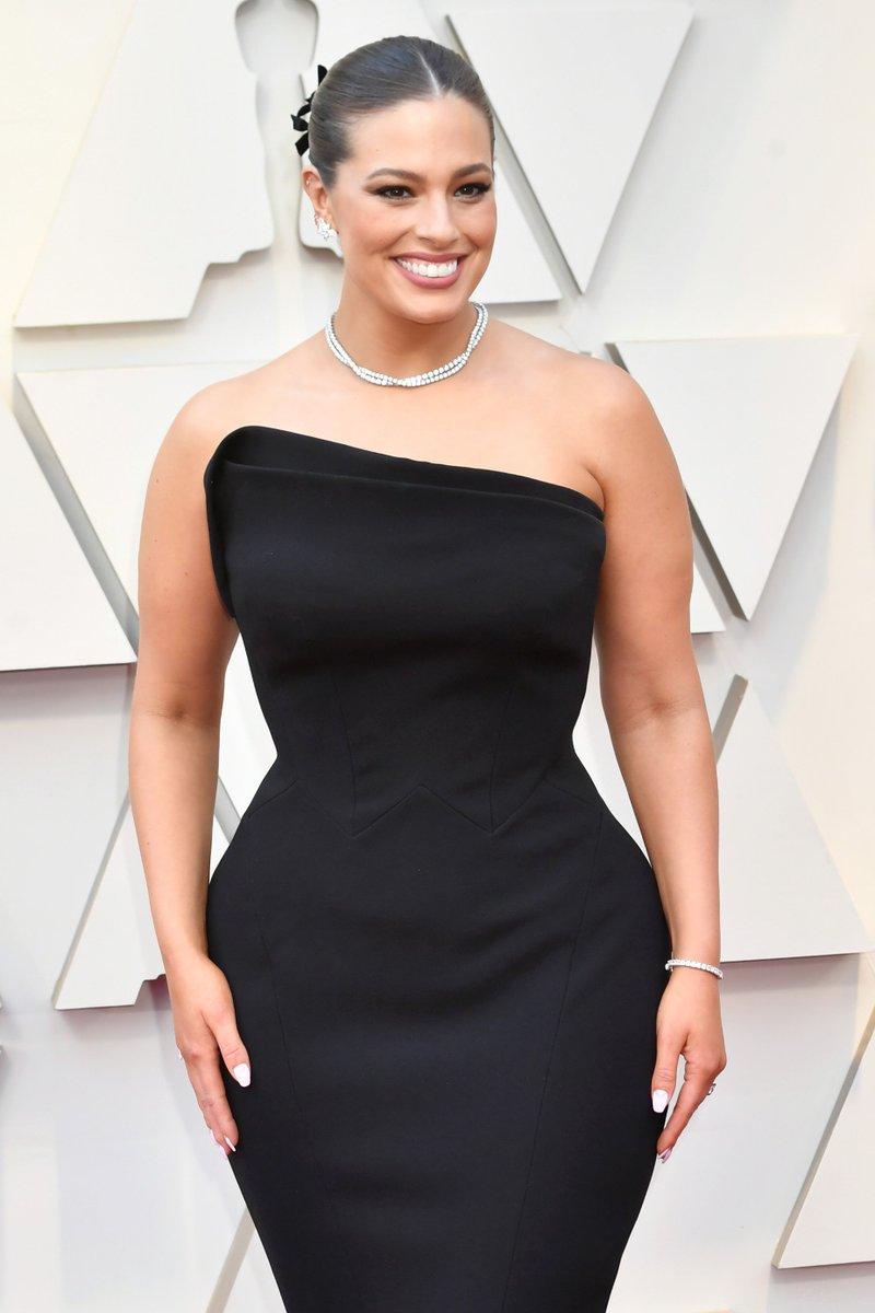 RT @evanrosskatz: Ashley Graham is giving us curves & swerves and gorgeousness. #Oscars https://t.co/WNnEdboPb4